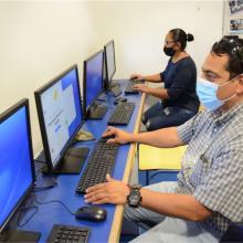 Personas frente a computadora