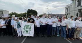 Autoridades universitarias en el inicio de la marcha sobre avenida Vallarta